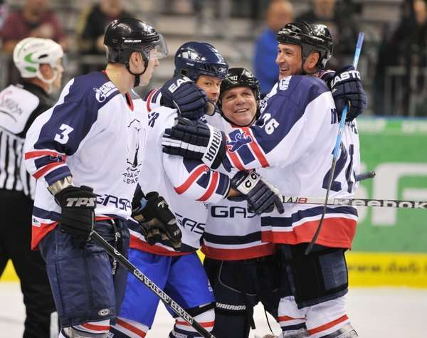 Eisbären-Manager Peter John Lee hat bei den All-Stars viel Spaß. (picture alliance / City-Press)