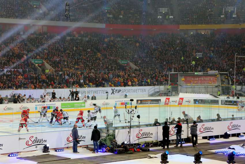 2015 siegte die Düsseldorfer EG in der Esprit-Arena als Gastgeber im Derby 3:2 gegen die Kölner Haie. (picture alliance/R. Goldmann; picture alliance/imageBROKER)