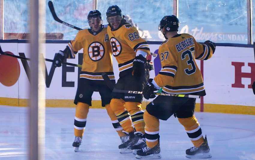 Vor traumhafter Kulisse freut sich Bruins-Angreifer David Pastrnak über einen seiner drei Treffer beim Outdoor-Game gegen Philadelphia. (picture alliance / ASSOCIATED PRESS)