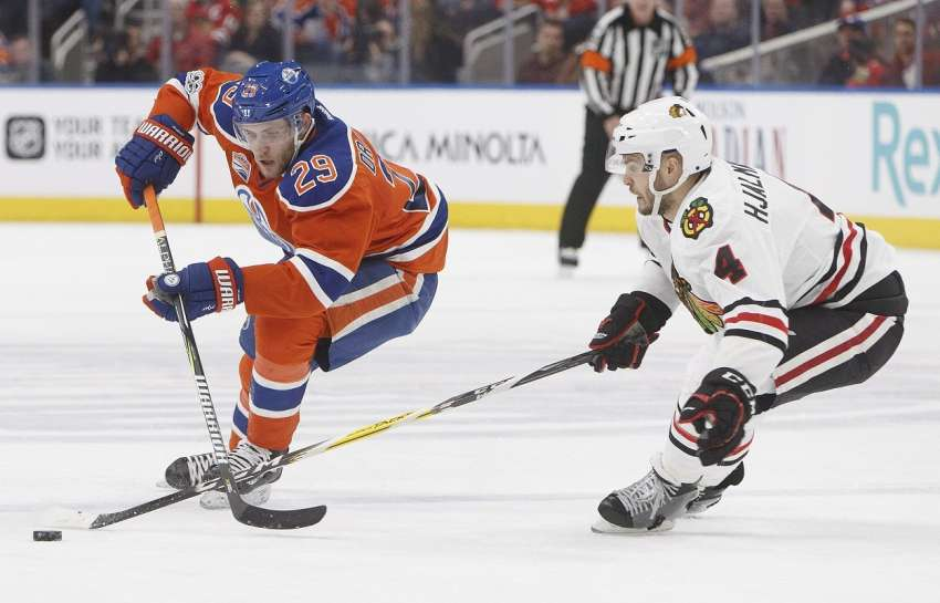 Leon Draisaitl (links) ist nun der beste deutsche Punktesammler in einer Saison in der NHL. (Foto: dpa/picture alliance/AP Photo)