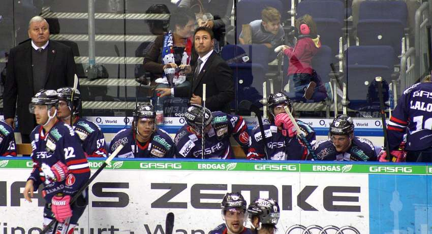 Eisbaeren Berlin Spielerbank mit Jeff Tomlinson - Foto © Ice-Hockey-Picture-24