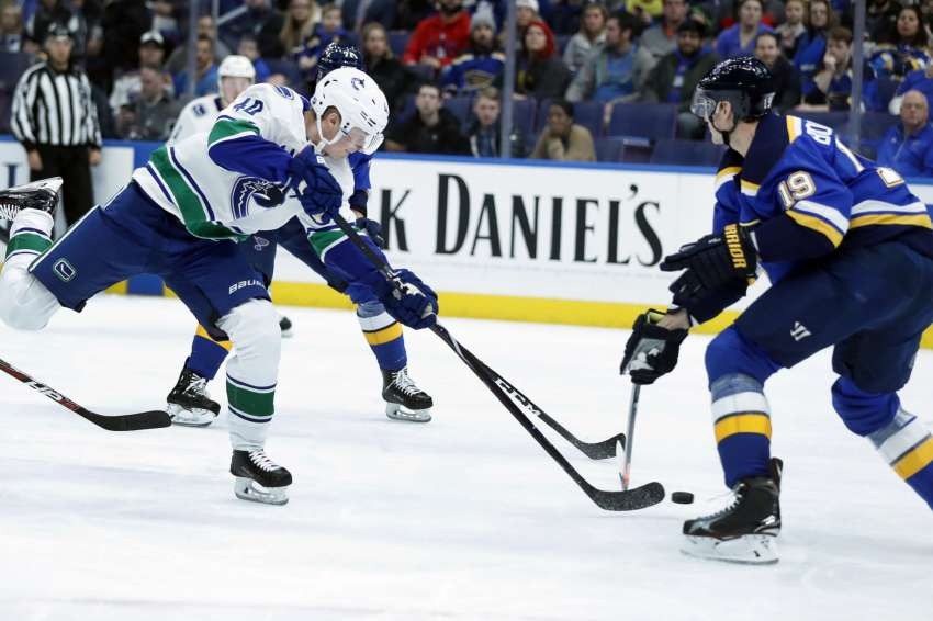 Elias Pettersson (l.) ist punktbester Rookie in der Historie der Vancouver Canucks. (picture-alliance / AP Photo)