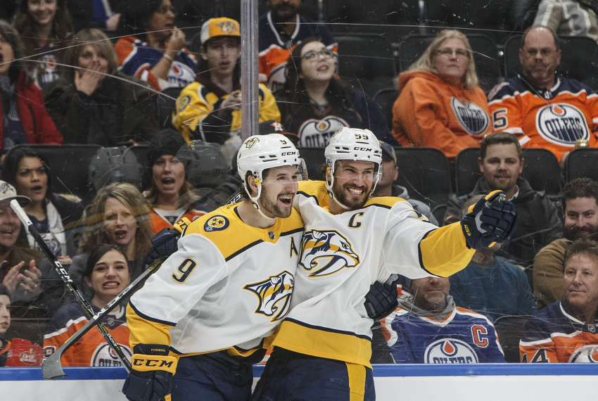 Roman Josi (r.) bejubelt mit Filip Forsberg dessen spekatuklären Treffer. (picture alliance / empics / JASON FRANSON /  The Canadian Press)