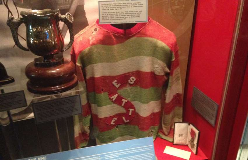 Ein rund 100 Jahre altes Trikot der Seattle Metropolitans in der Hockey Hall of Fame in Toronto. (Foto: the)