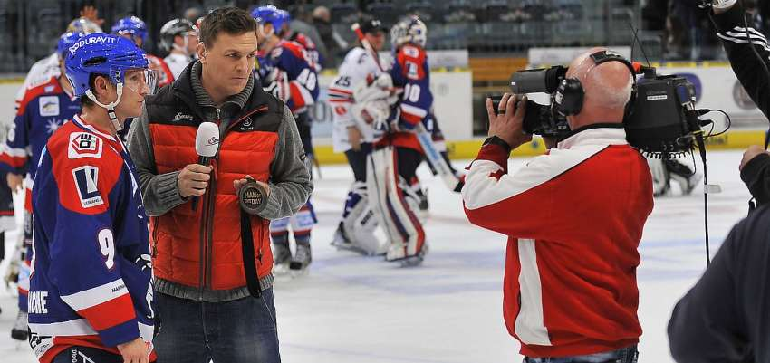 ServusTV-Kommentator Basti Schwele in Aktion - Foto © Ice-Hockey-Picture-24