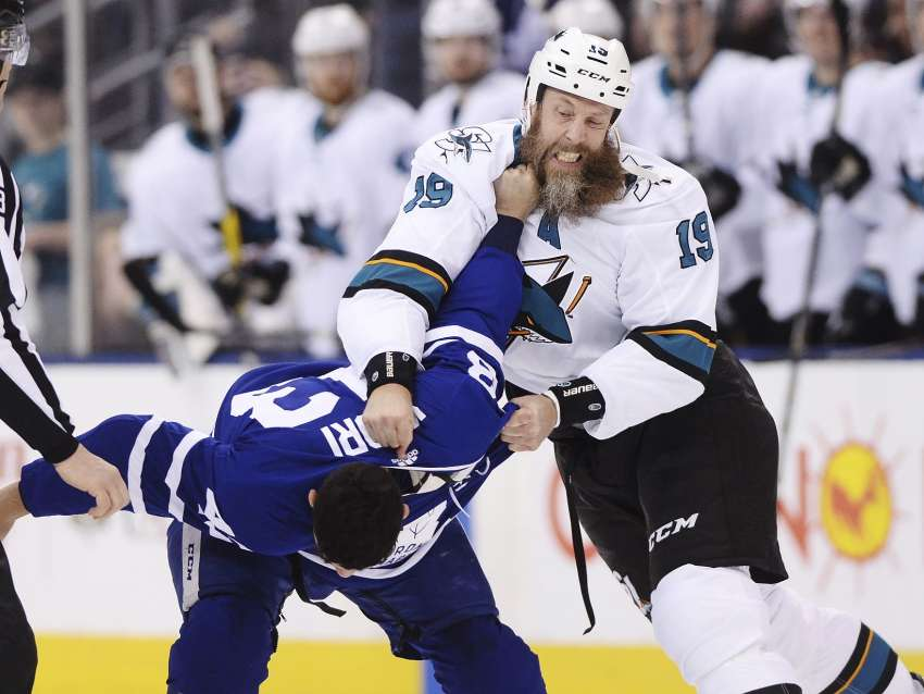 Bei dieser Aktion büßte Joe Thornton ein Stück seines imposanten Bärtchens ein. (The Canadian Press / picture alliance / AP Photo)